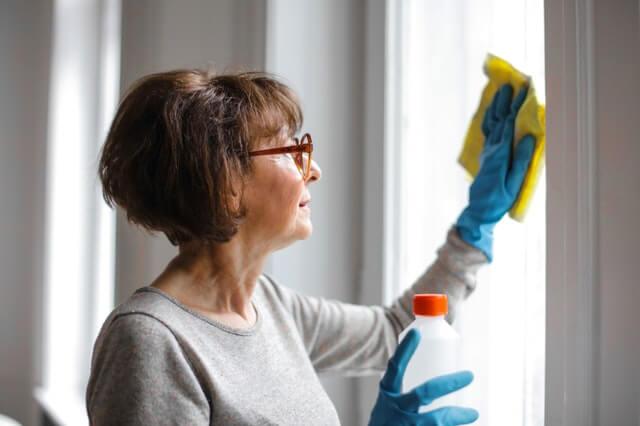 Nainen siivoa kotia