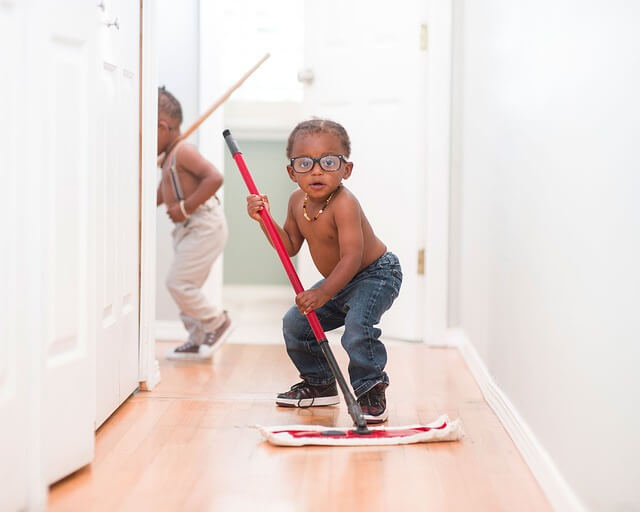 Lapset siivoavat kotia